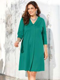 Kleid mit streckendem Ausschnitt
