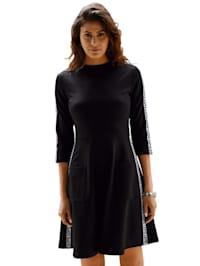 Džersej šaty s nápisom LOVE na rukávoch a bočnom šití