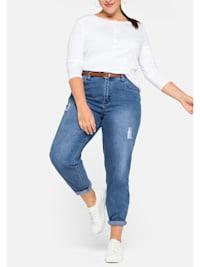 Mom-Jeans Mom mit Destroyed-Effekten