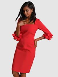 Šaty s elegantními detaily na rukávech
