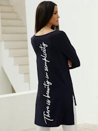 Dlouhé tričko s nápisem na přední a zadní části