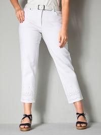 Jeans mit Lochstickerei