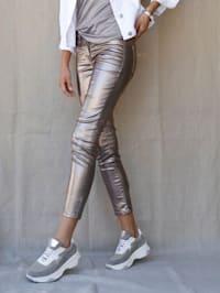 Hose in silberfarbener Beschichtung