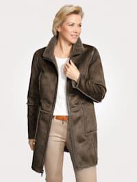 Kožušinová bunda vo vzhľade jahňacej kožušiny