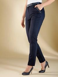 Bukse med pyntestener ved lommene