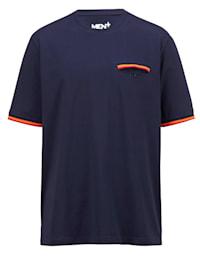 T-paita kontrastia tuovin yksityiskohdin