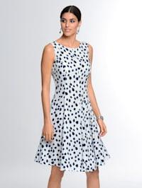 Šaty v ženskémpuntíkovém vzoru