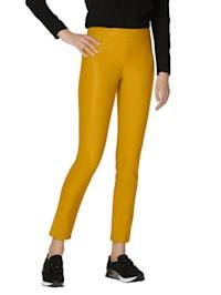 Kalhoty z imitace kůže v módní barvě