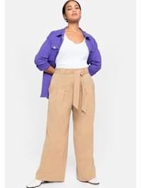 Hose mit Bindegürtel und Bundfalten