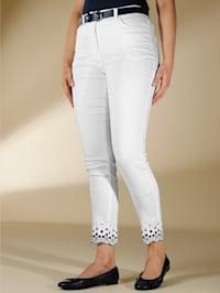 Jeans mit kontrastfarbiger Stickerei am Saum