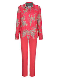 Pyjamas med kontrastfarget oppbrett på ermet