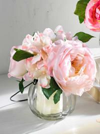 Rosenstrauß in Glasvase mit Henkel