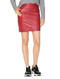 Kožená sukně se vsazenými kapsami