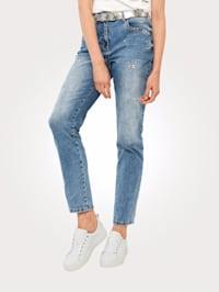 Jeans med dekorativa öljetter och stenar