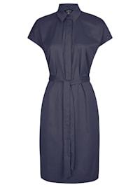 Modisches Kleid mit Gürtelschleife