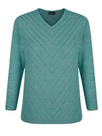 Pullover vorne mit streckendem Ajourstrickmuster