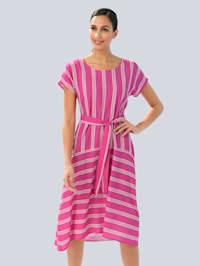 Šaty s módním proužkovaným vzorem