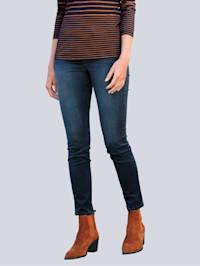 Jeans med dragkedjedetalj vid ficköppningarna