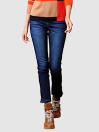 Jeans mit Strasssteinchenverzierung auf den Gesäßtaschen