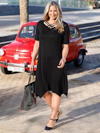 Kleid mit modischen Dekobändern am Ausschnitt