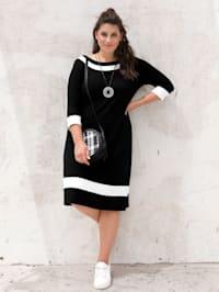 Kleid mit femininem Ausschnitt