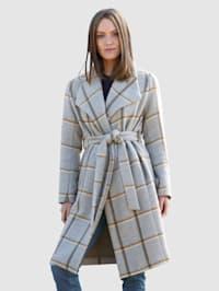 Ruudullinen takki vyöllä
