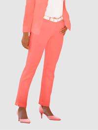 Broek in Laura Slim model