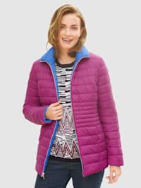 Vändbar jacka som kan bäras med valfri sida utåt