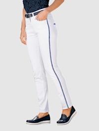 7/8-jeans med broderi i kontrasterande färg