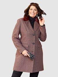 Krátky kabát s jemnými detailmi