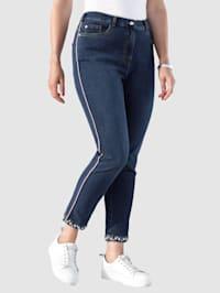 Jeans med imiterte perler på benkanten