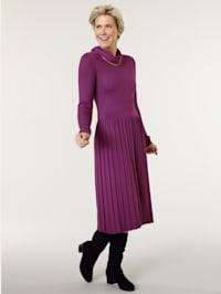Knitted dress with a detachable collar