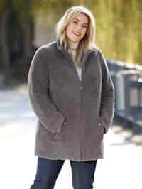 Keerbare jas met stiksels aan een kant en teddyfleece aan de andere kant