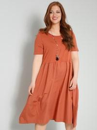 Klänning i trendig materialmix
