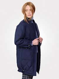 Lang jakke med vattering og stikninger
