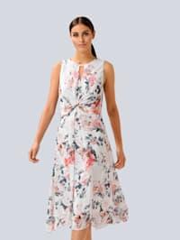 Šaty s výřezy na výstřihu