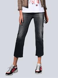 Jeans i kort och vid modell