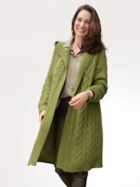Lang strikkejakke med flettemønster