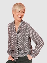 Blouse with a figure-flattering pattern