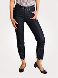 Jeans mit modischer Lochstickerei
