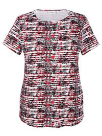 Tričko so žensky pôsobiacim výstrihom