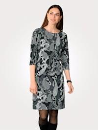 Klänning med harmoniskt mönster