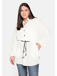Bluse mit durchgehender, kontrastfarbener Knopfleiste.