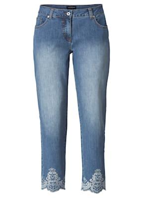 Jeans met borduursel op de zoom