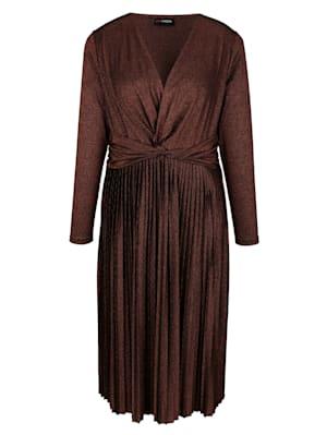 Robe à superbe effet drapé à la taille
