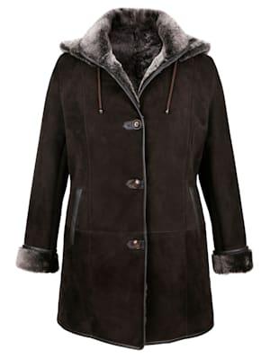 Mantel aus hochwertig verarbeitetem Lammfell