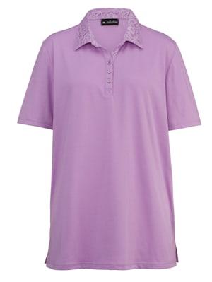 Poloshirt mit aufwendiger Spitzenverarbeitung am Polokragen und an der kurzen Knopfleiste