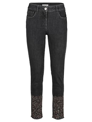 Jeans mit Strassapplikation am Saumabschluss