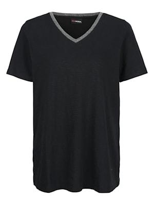 T-shirt avec bande fantaisie brillante le long de l'enccolure