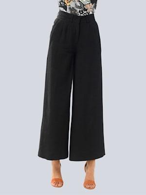 Hose in modisch ausgestellter Form